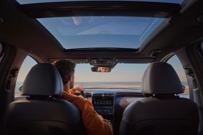 Il tettuccio panoramico del SUV compatto Nuova Hyundai TUCSON Hybrid.