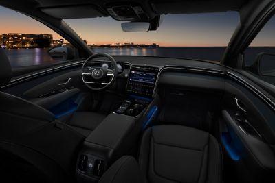 Il design interno del SUV compatto Nuova Hyundai TUCSON Hybrid con luci d'ambiente a LED.