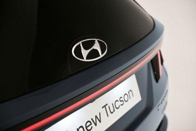 Il logo in vetro high-tech del Nuovo SUV compatto Hyundai TUCSON Plug-in Hybrid.
