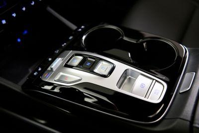 I comandi shift-by-wire sul bracciolo ergonomico del SUV Nuova TUCSON Hybrid.