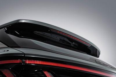 Immagine dal retro del SUV compatto Nuova Hyundai TUCSON Hybrid con i tergicristalli posteriori nascosti.