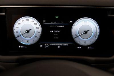 Il quadro strumenti digitale del SUV compatto Nuova Hyundai TUCSON Hybrid.