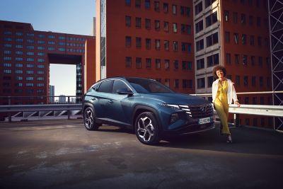 Ragazza cammina accanto a Nuova Hyundai TUCSON