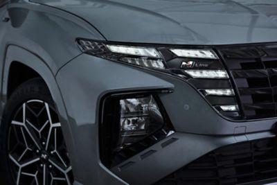 Dettagli del Logo N Line e fari di Nuova Hyundai TUCSON N Line in Shadow Grey.