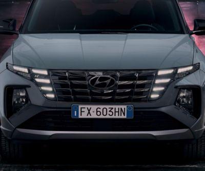 Dettaglio della griglia frontale e dei fari di Nuova Hyundai TUCSON N Line.