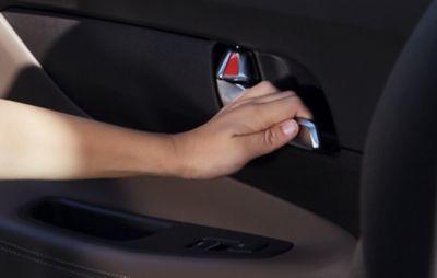 La maniglia del Nuovo SUV compatto Hyundai TUCSON Plug-in Hybrid con avviso di uscita sicura.