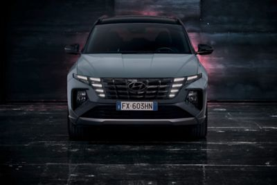 Vista anteriore di Nuova Hyundai TUCSON N Line in Shadow Grey.