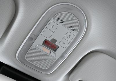Primo piano del pulsante di chiamata di emergenza (E) che chiama automaticamente i servizi di emergenza nel crossover 100% elettrico Hyundai IONIQ 5