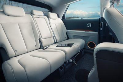 I sedili posteriori scorrevoli elettricamente all'interno del crossover 100% elettrico Hyundai IONIQ 5