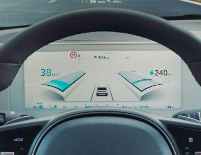 Il display del cluster completamente digitale da 12,3 pollici all'interno del crossover 100% elettrico Hyundai IONIQ 5