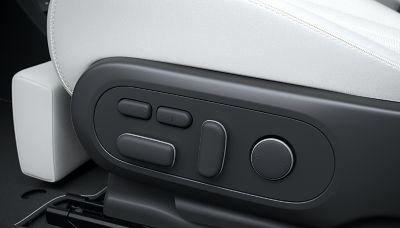 Dettagli dei comandi per i sedili anteriori completamente reclinabili del crossover 100% elettrico Hyundai IONIQ 5