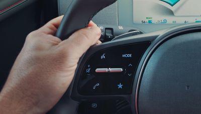 Primo piano dei comandi per il riconoscimento vocale nel crossover 100% elettrico Hyundai IONIQ 5