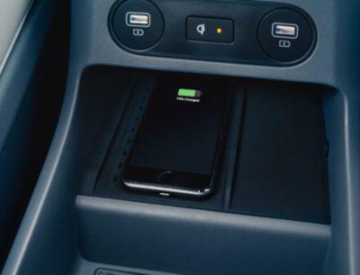 Le porte di ricarica wireless ad alta velocità del crossover 100% elettrico Hyundai IONIQ 5 nei sedili anteriori e posteriori