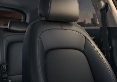 Un sedile all'interno del SUV compatto Nuova Hyundai KONA Hybrid.