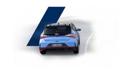 Vista posteriore di Nuova Hyundai i20 N in corsa su pista.