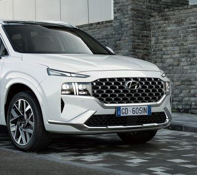 I nuovi fari a LED e il nuovo paraurti del SUV 7 posti Nuova Hyundai SANTA FE.
