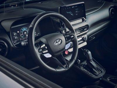 Le cockpit du SUV sportif Hyundai KONA N vu à travers la vitre côté conducteur.