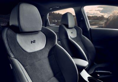 Sièges sport conducteur et passager à l'intérieur du SUV sportif Hyundai KONA N.