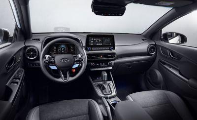 Interiér nového vozu Hyundai KONA N při pohledu z místa řidiče.
