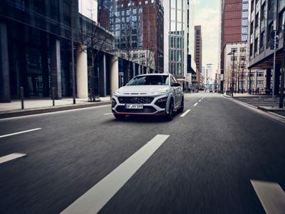 Le SUV sportif Hyundai KONA N traversant une ville déserte.