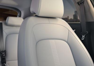 Asientos del nuevo Hyundai KONA Eléctrico en el interior de color gris de dos tonos.