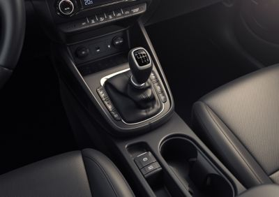 The smooth-shifting 6-speed manual transmission in the centre console of the Hyundai Kona.