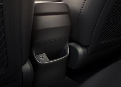 Gniazdo USB z tyłu oraz podgrzewana tylna kanapa Nowego Hyundaia KONA.