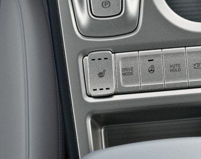 Controles del sistema de calefacción y ventilación de los asientos delanteros del Hyundai KONA Eléctrico.