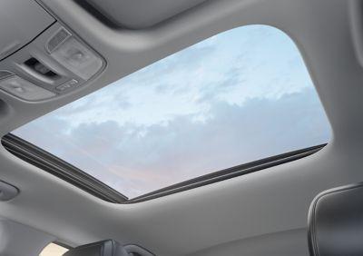 Gros plan sur le toit en verre coulissant et inclinable de la Hyundai i30 Fastback.