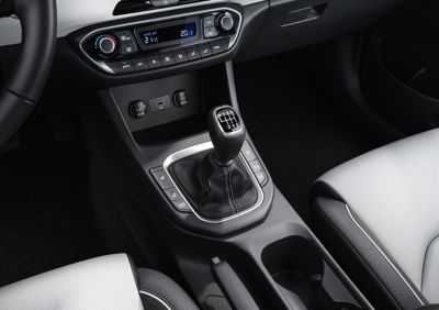 Close-up of the gearshift in the new Hyundai i30 Fastback.