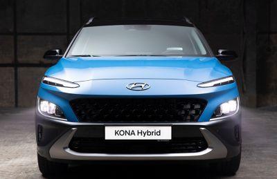 Immagine frontale del SUV compatto Nuova Hyundai KONA Hybrid con il robusto skid plate.