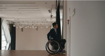 L'atleta paralimpico Jun-beom Park si muove sulla sua sedia a rotelle