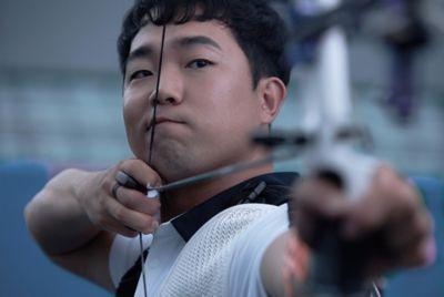 L'atleta paralimpico Jun-beom Park che punta la sua freccia