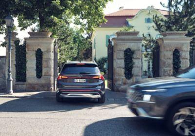 Nuova SANTA FE Plug-in Hybrid, il SUV a 7 posti di Hyundai che varca la soglia di ingresso di una casa