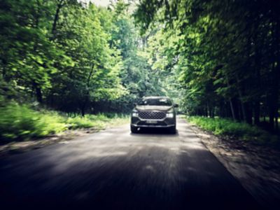 Nuova SANTA FE Plug-in Hybrid, il SUV a 7 posti di Hyundai mentre percorre strade di campagna