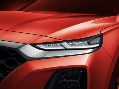 Vista en detalle de la línea de carácter lateral del Hyundai SANTA FE.