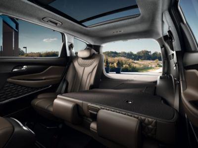 Zdjęcie pokazujące, jak łatwo złożyć siedzenia w nowym Hyundaiu SANTA FE.