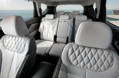 Vista degli interni del Nuovo SUV Hyundai Santa Fe Hybrid con dettaglio su tutti i sedili