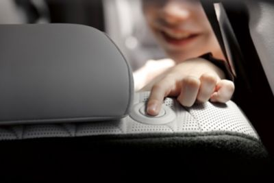 Immagine degli interni del Nuovo SUV a 7 posti Hyundai Santa Fe Hybrid con bambino che sistema la posizione del sedile