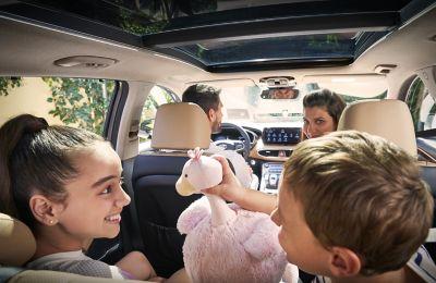 Immagine di una famiglia all'interno di Nuova Hyundai Santa Fe Hybrid