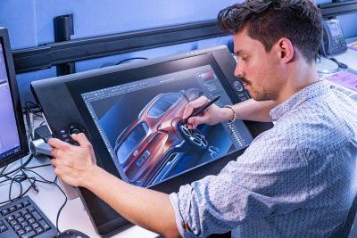 Un designer Hyundai disegna gli schizzi degli esterni del SUV 7 posti Nuova Hyundai Santa Fe Hybrid
