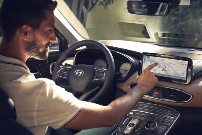 Immagine dell'interno di Nuova Hyundai Santa Fe con ragazzo alla guida