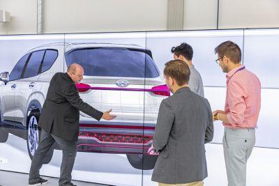 Quattro designer discutono del progetto posteriore del SUV 7 posti Nuova Hyundai Santa Fe Hybrid