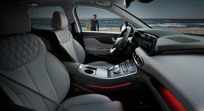 Interni dell'abitacolo del SUV 7 posti Nuova Hyundai Santa Fe Hybrid