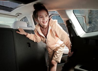 Bambina sale a bordo del SUV 7 posti Nuova Hyundai Santa Fe Hybrid