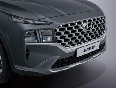 Dettaglio del nuovo paraurti anteriore del SUV Nuova Hyundai Santa Fe Hybrid