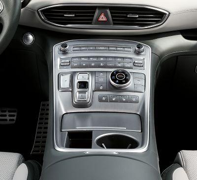 Vista della console centrale del SUV 7 posti Nuova Hyundai Santa Fe Hybrid