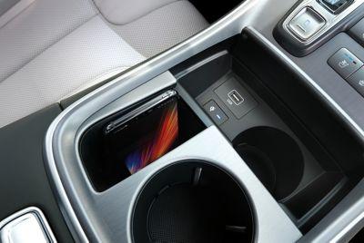 Dettaglio del pad di ricarica wireless di Nuova Hyundai Santa Fe Hybrid