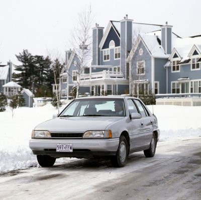 Hyundai Sonata Electric Vehicle na oblodzonej drodze