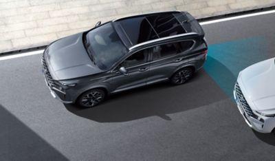 Zdjęcie Nowego Hyundaia SANTA FE Hybrid w ujęciu z góry pokazujące zaawansowane układy wspomagania jazdy.